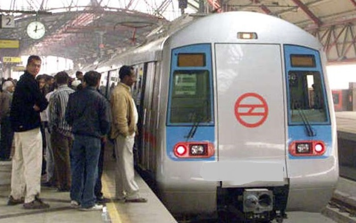 Young-Girl-Jumps-in-Front-of-Delhi-Metro-Train-committed-suicide
